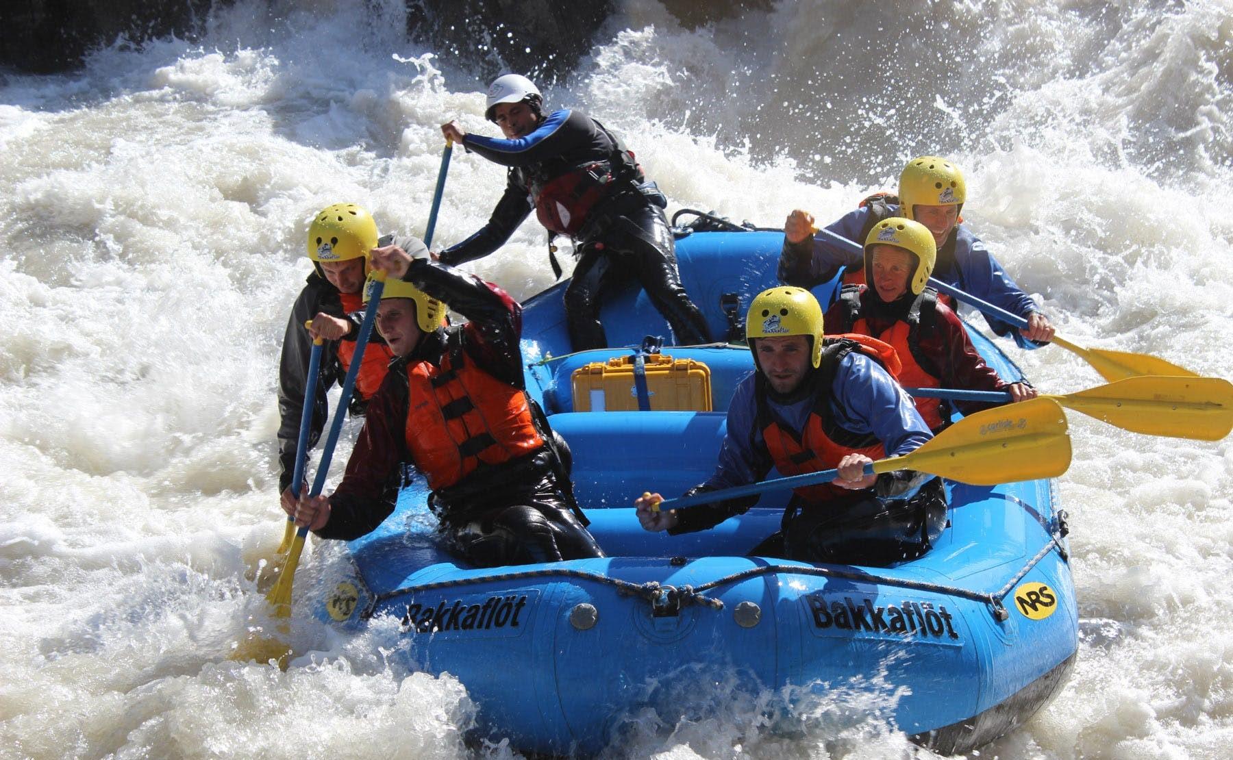Este tour de rafting de verano en el norte de Islandia es muy exigente y aventurero.