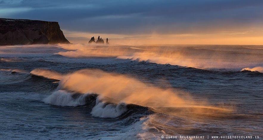 冰岛南岸黑沙滩凶猛的海浪