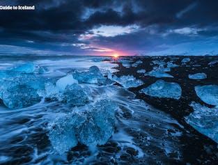 Бриллиантовый пляж на закате. Айсберги блестят в последних лучах солнца.