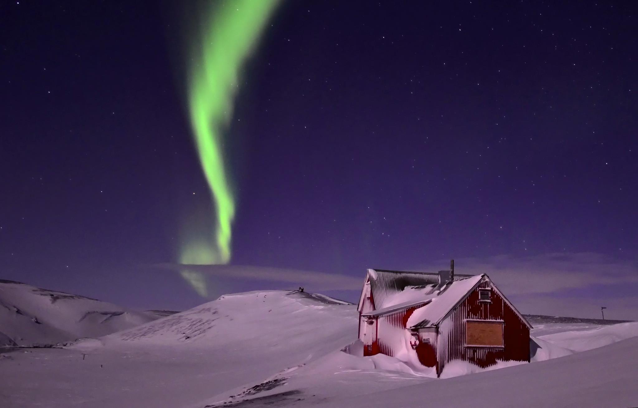 北极光在粗犷的冰岛高地上恣意舞动。