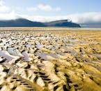 Raudasandur est l'une des plages emblématiques de l'Islande, connue pour son sable rouge.