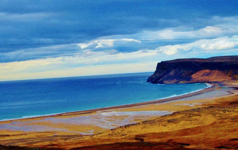 아이슬란드의 남부 웨스트피오르드의 라우다산뒤르 해변. 푸른 바다와 황금빛 해변이 조화를 이루며 절경을 선사합니다.