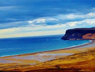 海の鮮やかな青とロイザサンドゥルの黄金の砂が美しいコントラストを見せてくれる