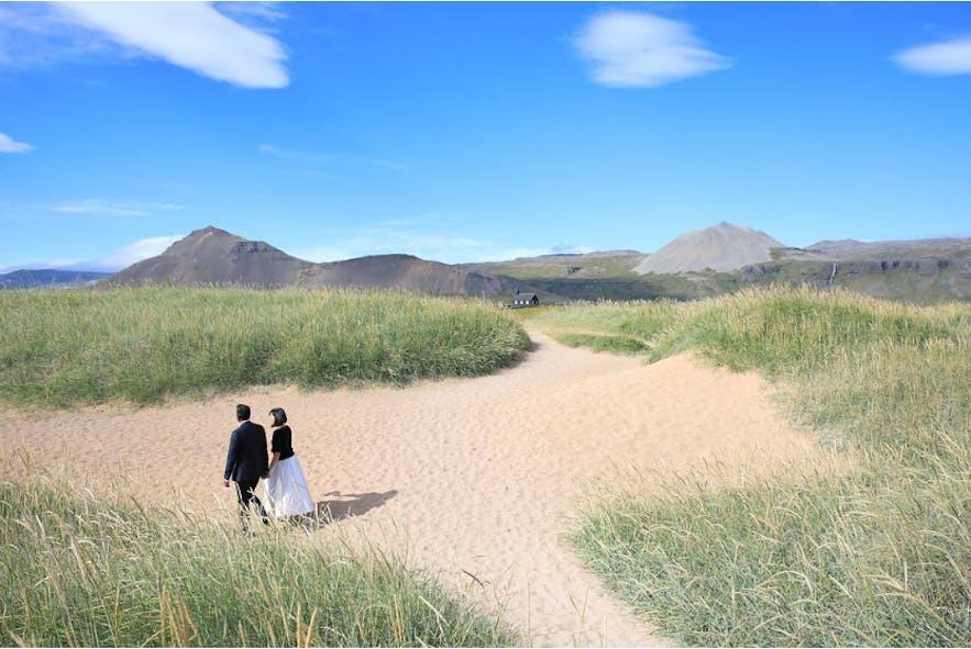 Plaża z białym piaskiem na Półwyspie Snæfellsnes w zachodniej Islandii.