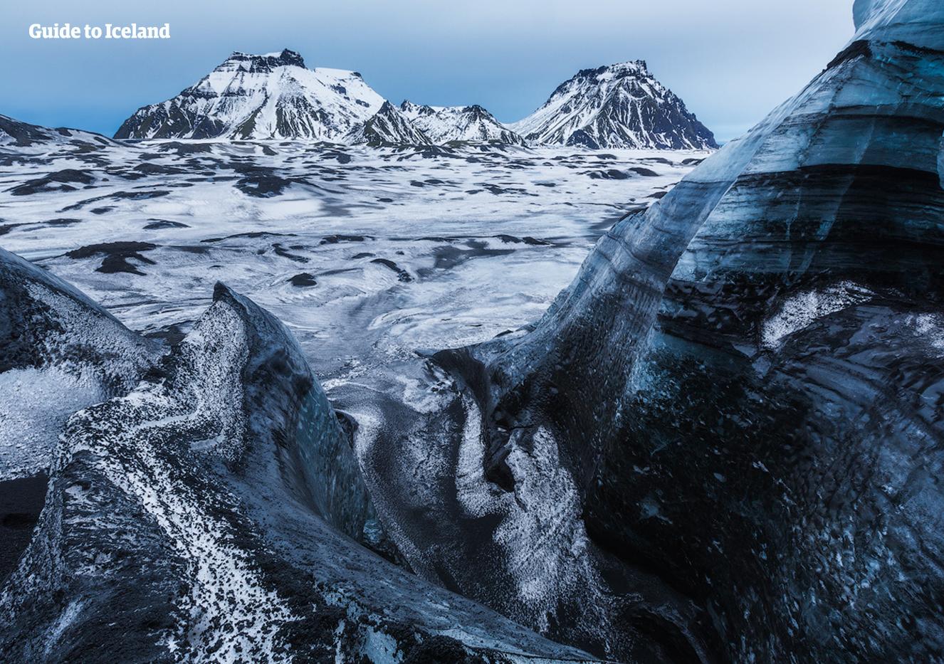 미르달스요쿨 빙하 꼭대기가 화산폭발로 인해 분출된 검은 화산재로 뒤덮여 있습니다.