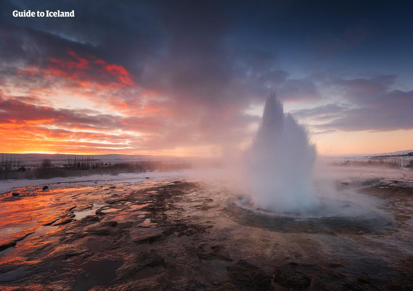 Respirez l'air froid pendant que vous regardez le geyser Strokkur entrer en éruption lors de votre circuit en hiver.