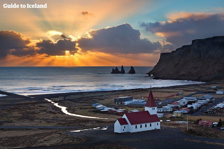 Von Vík aus siehst du den schwarzen Sandstrand von Reynisfjara, die Felsformation Reynisdrangar und den Berg Reynisfjall.