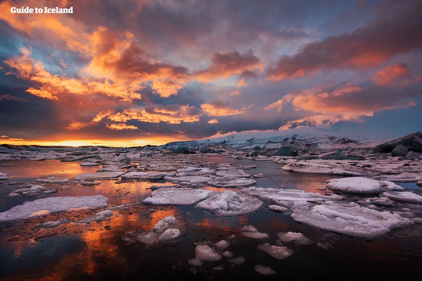 Czerwone niebo w trakcie białych nocy na Islandii, nad laguną lodowcową Jokulsarlon.