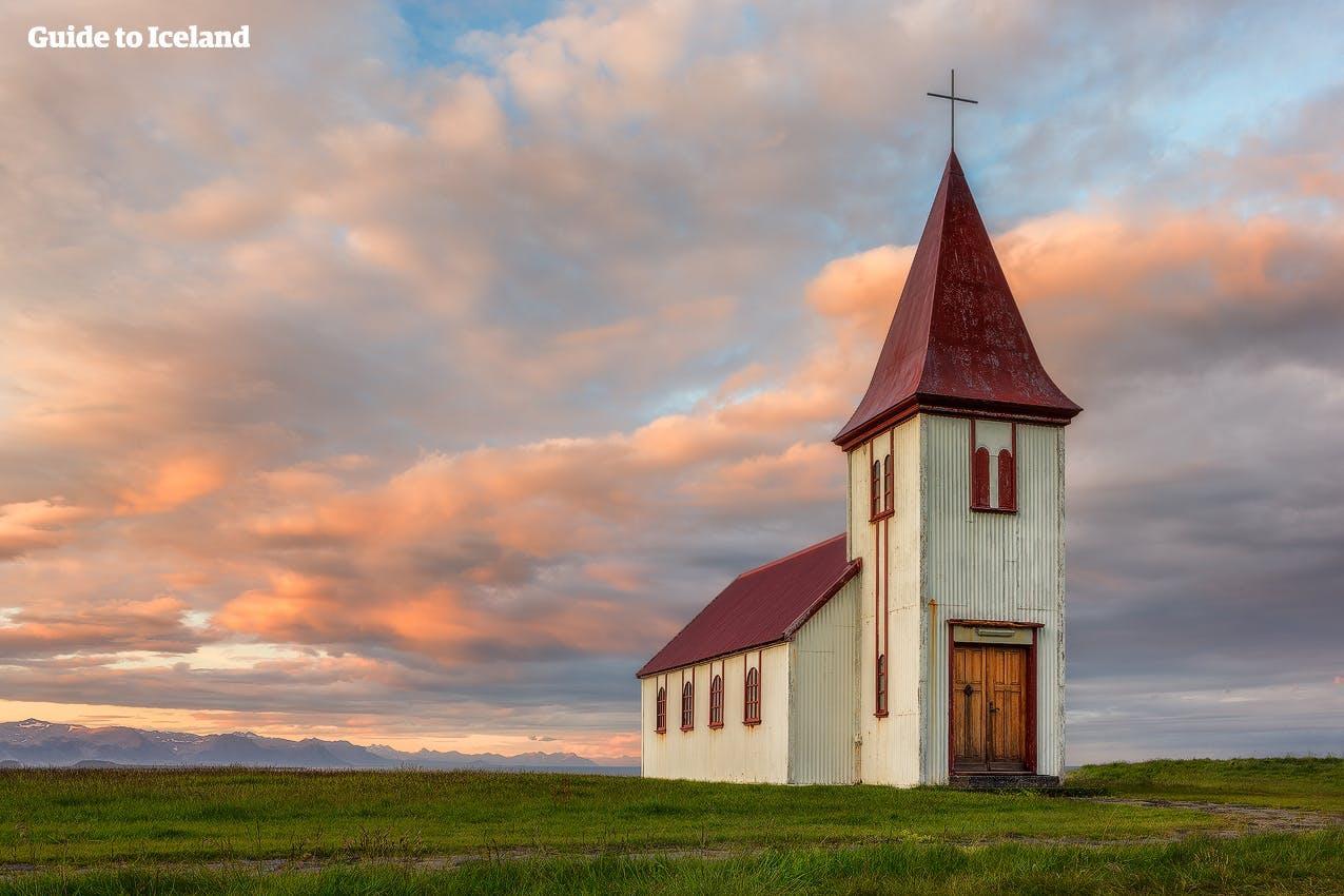 Eine einsame Kirche auf der schönen Halbinsel Snæfellsnes im Sommerlicht.