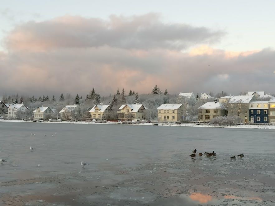 雪が積もったチョルトニン湖