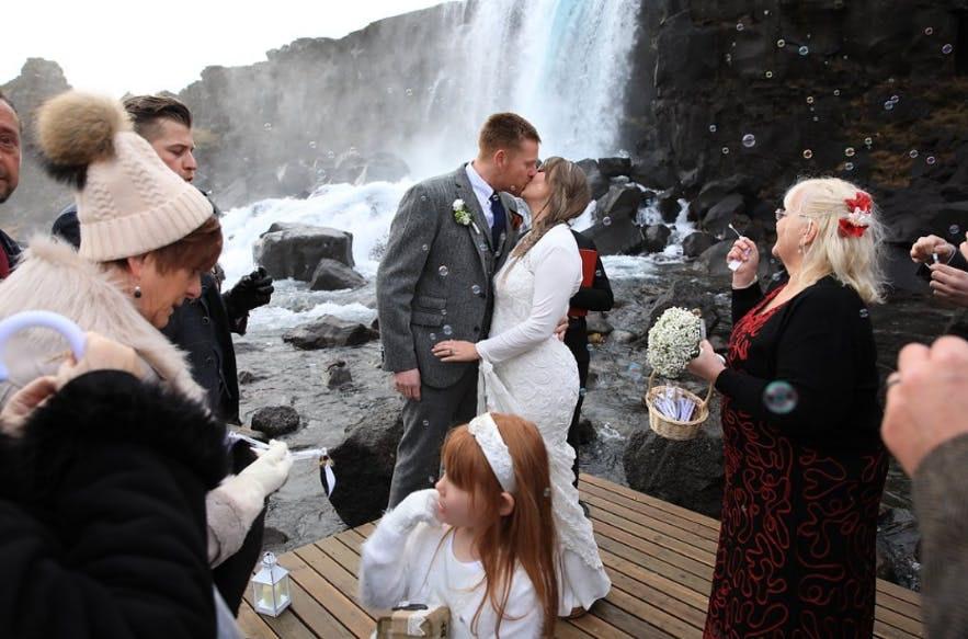冰島瀑布結婚照--為之慶賀的人們
