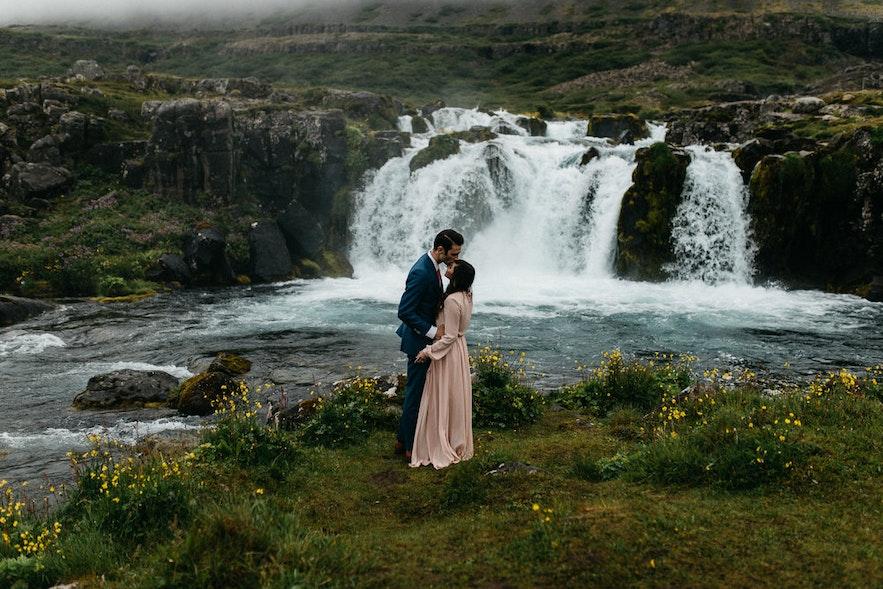 冰島瀑布深情的一幕