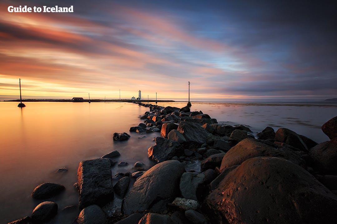 Zobacz słońce o północy w Reykjaviku podczas letniej wycieczki autem.