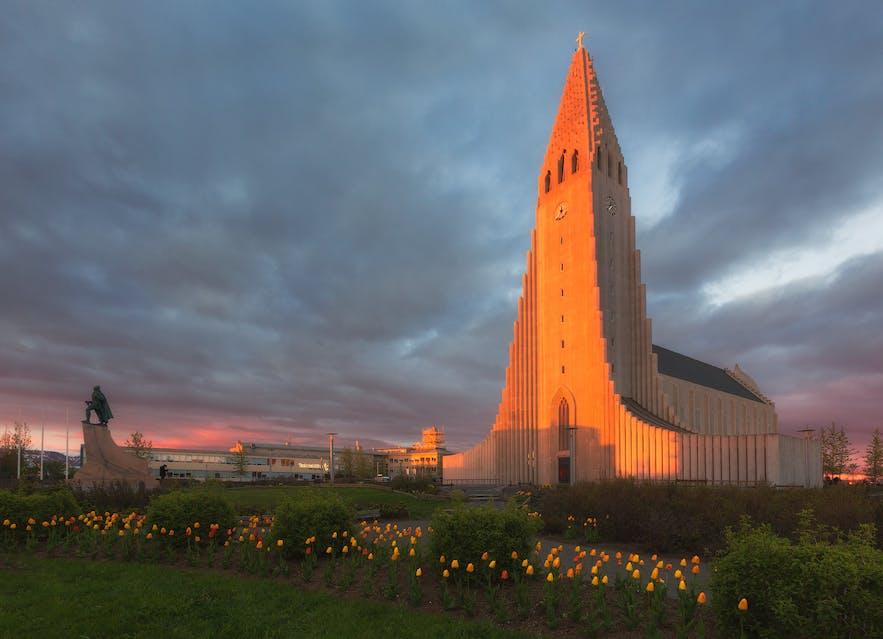 The church of Hallgrímskirkja and the statue of Leifur Eiríksson in the heart of Reykjavík.