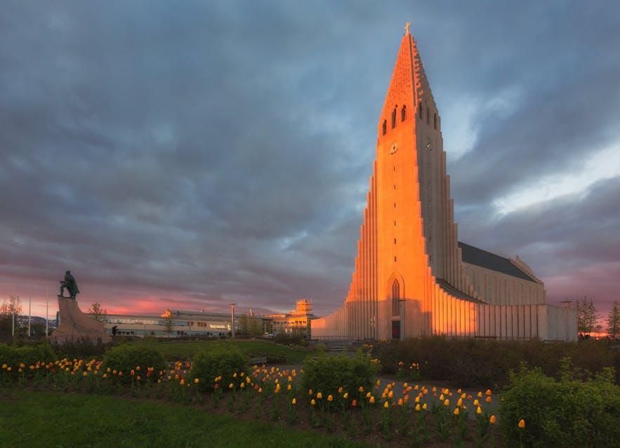 Kościół Hallgrímskirkja i pomnik Leifura Eiríkssona w sercu Reykjavíku.