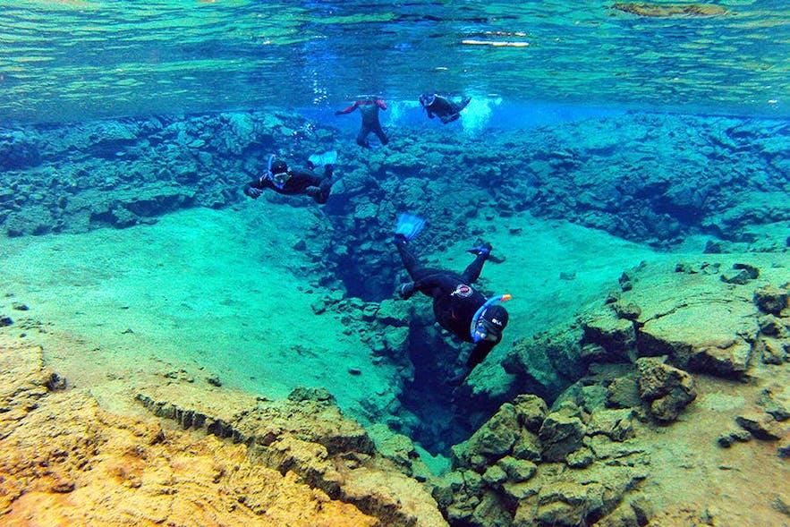 在冰島浮潛