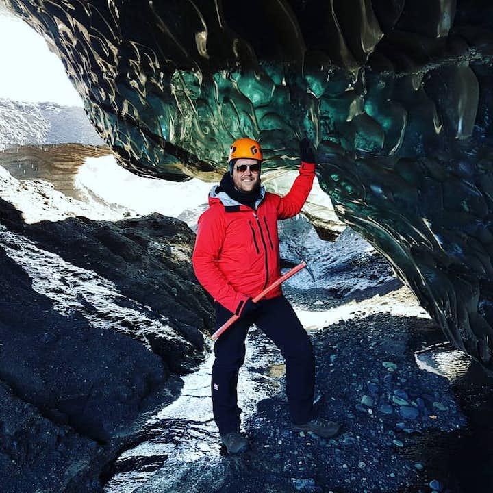 ヴィーク発|カトラ山にある黒い氷の洞窟探検ツアー
