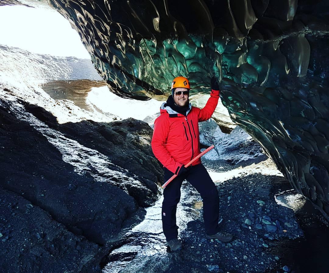 氷の洞窟探検をするには安全装備を身につける必要がある