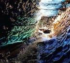 Faszinierende Farbenspiele in der Eishöhle auf dem Vulkan Katla.