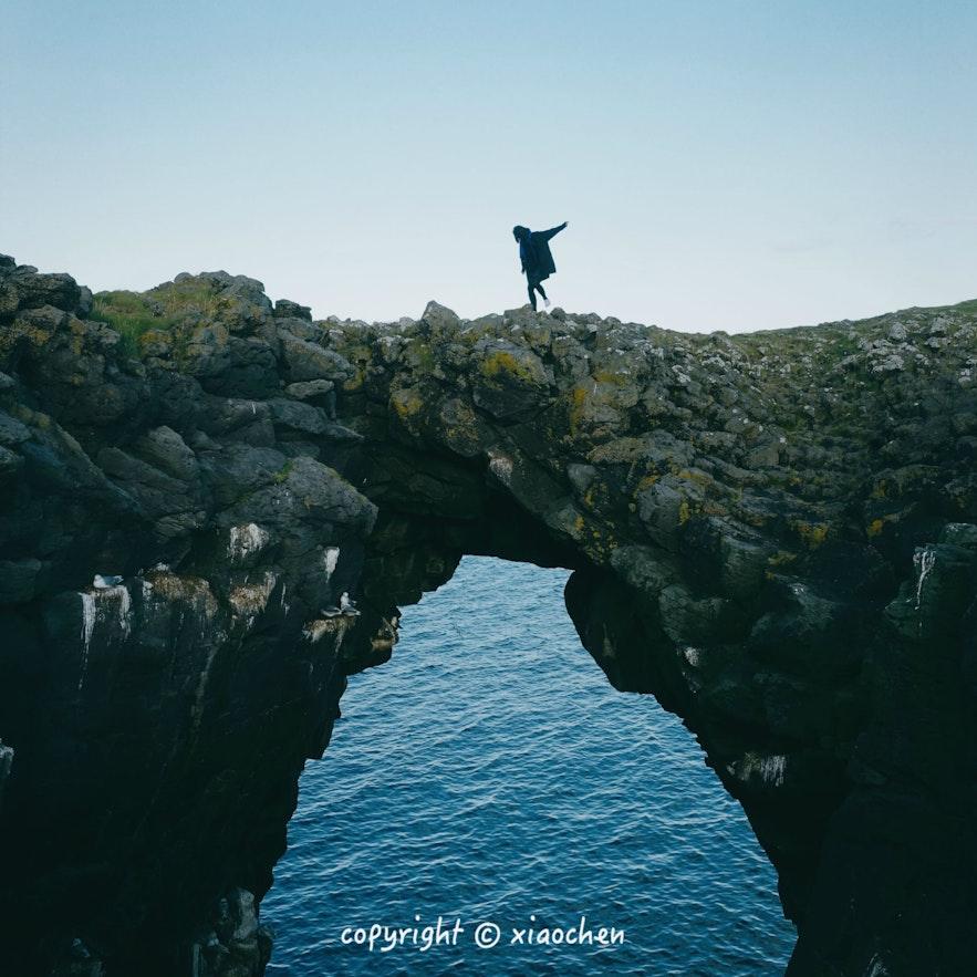 冰岛西部斯奈山半岛阿尔纳斯塔皮(Arnarstapi)小镇的天然石拱桥