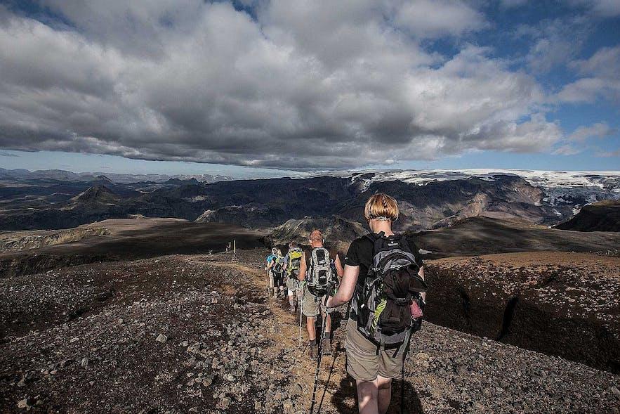 見渡しのいい山々を歩くことができるアイスランド