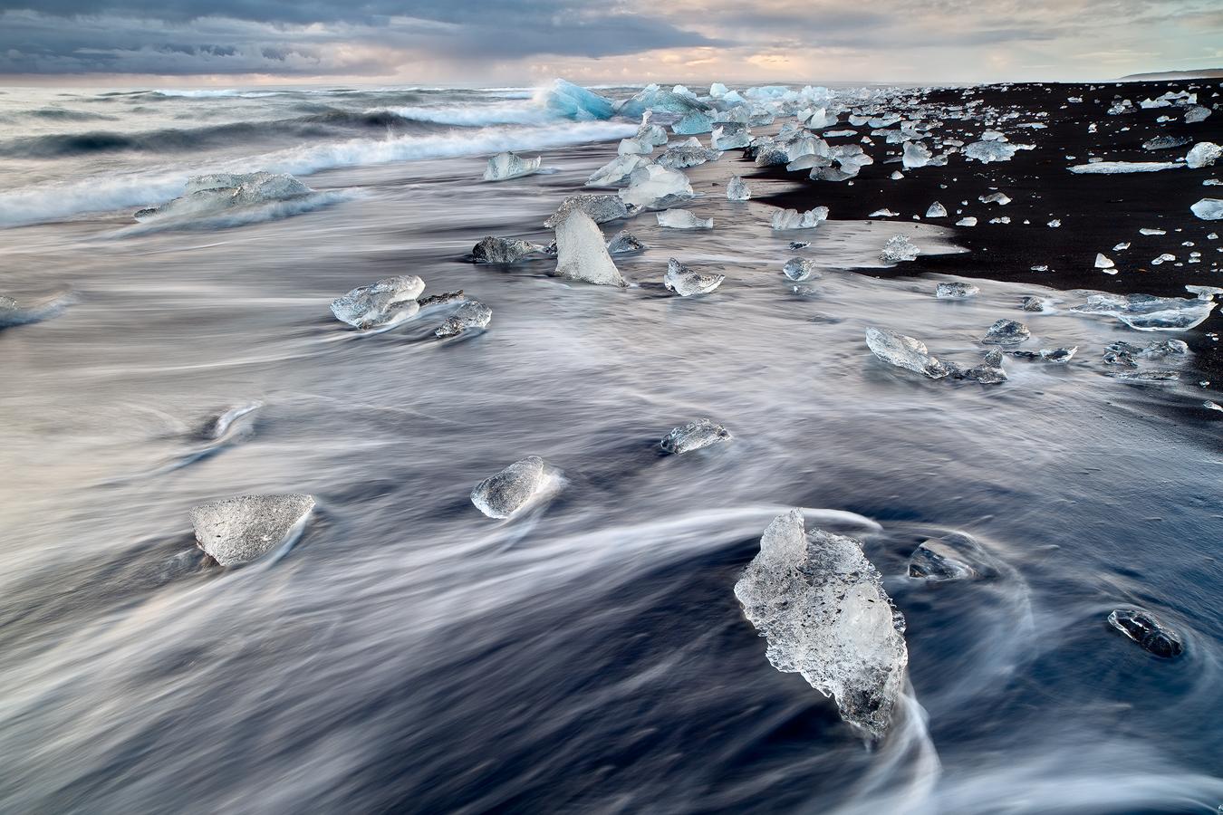 冰岛南岸的钻石冰沙滩纯净而美丽