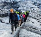 Los glaciares son peligrosos, llenos de grietas ocultas y cañones, así que es importante que no te separes de tu guía.