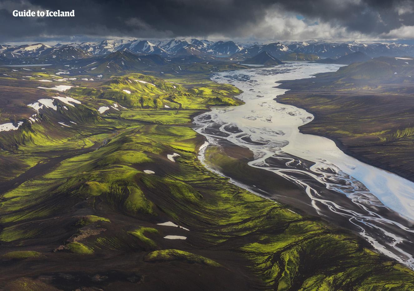 直升机视角俯瞰冰岛中央内陆高地的彩色火山与冰川河