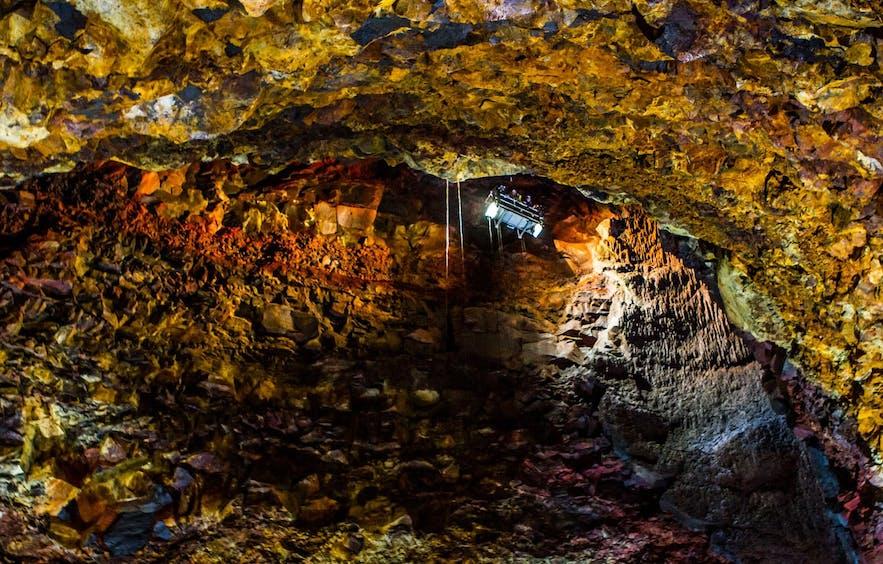 スリーフヌーカギグル火山の洞窟
