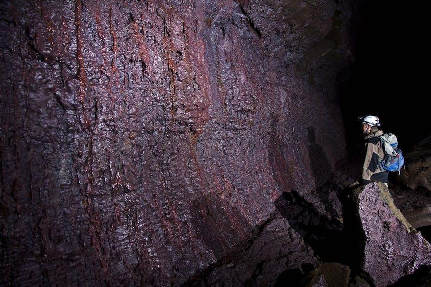何層にもなって固まった溶岩の壁