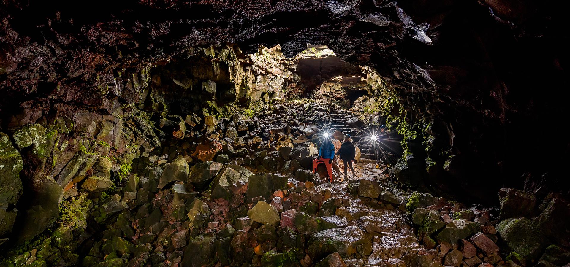 Visita i tunnel di lava di Raufarhólshellir in questo emozionante tour di un giorno.
