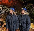 Zobacz unikalne formacje geologiczne w jaskini Raufarhólshellir podczas tej jednodniowej wycieczki tunelem lawowym.