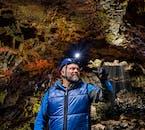 Bestaune die bunten Farben der Wände in der Lava-Höhle Raufarhólshellir.