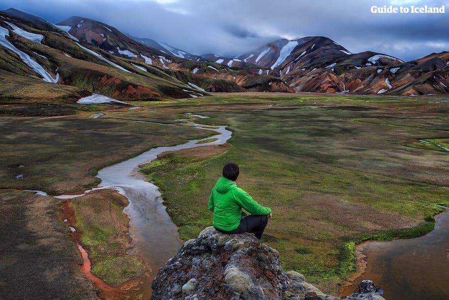 Un voyageur solo appréciant les paysages incroyables des hauts plateaux du centre de l'Islande.