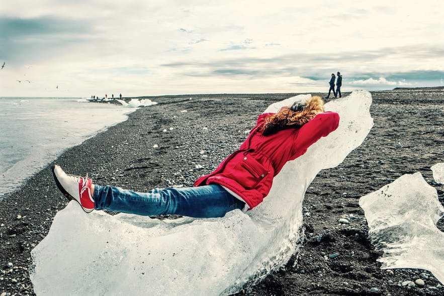 Turysta relaksujący się na Diamentowej Plaży.