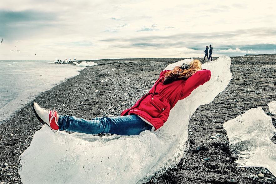 Un voyageur en solo se détend sur son trône gelé à la plage de diamants