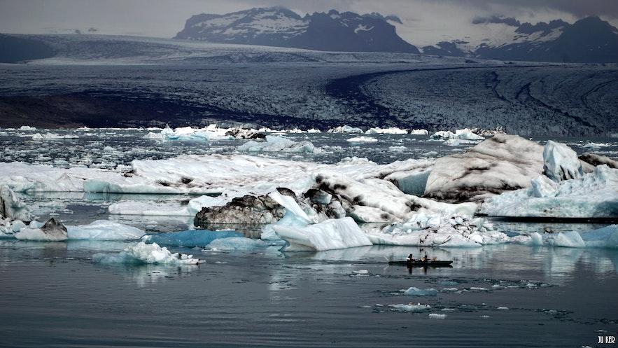 kayak sur une lagune glaciaire en Islande
