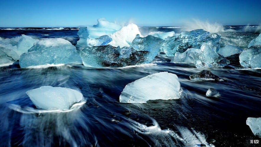 Blocs de glace sur la plage à proximité de Jokulsarlon