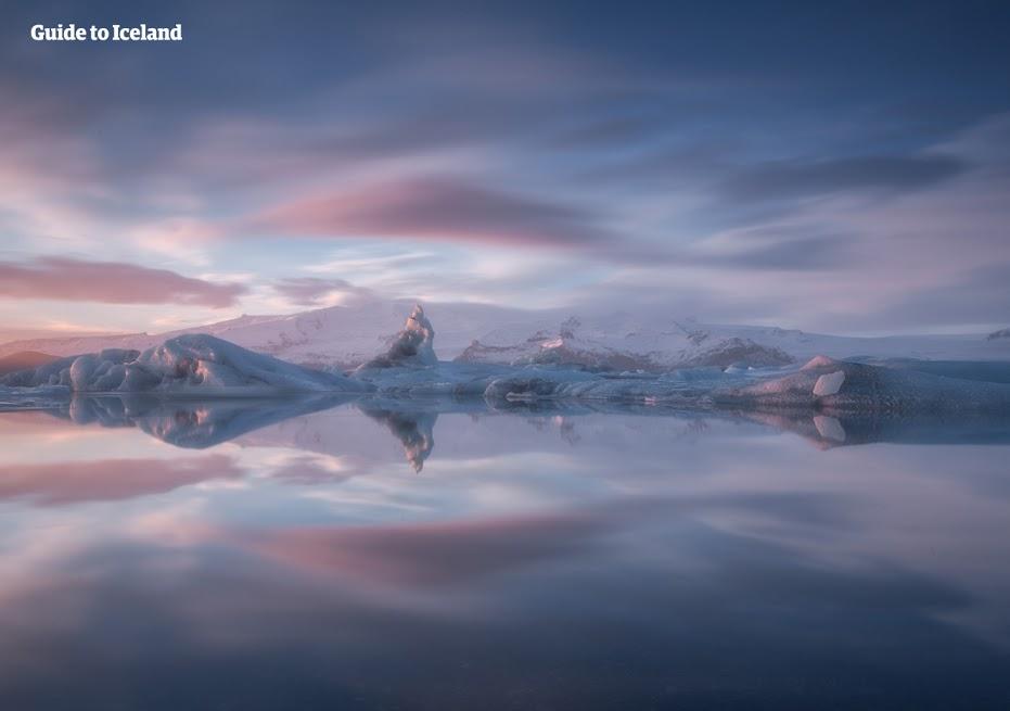Słynna laguna lodowcowa Jokulsarlon, pełna potężnych gór lodowych.