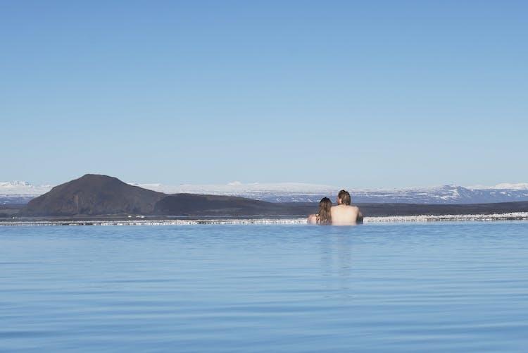 Admirer les vues depuis les thermes de Mývatn.