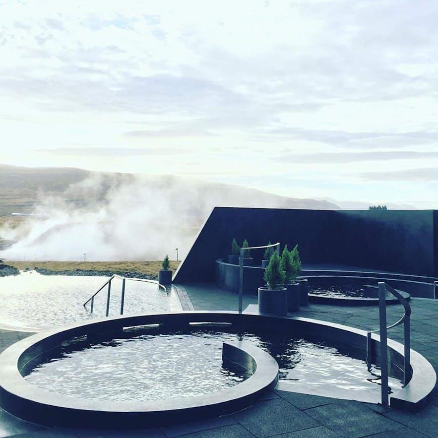 位于冰岛西部的Krauma地热温泉装修现代,直接取用天然温泉水与冰川水