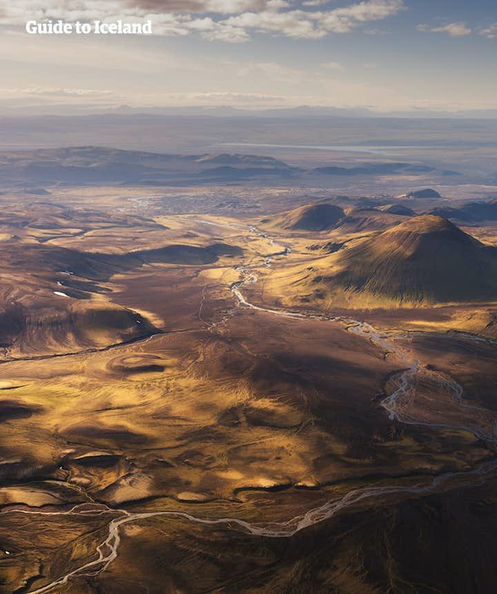 冰岛中央内陆高地的兰德曼纳劳卡,遍布着流纹岩彩色火山,点缀着许多天然地热温泉