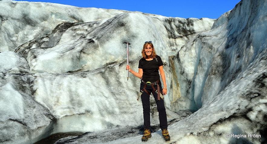 Regína on a glacier hike on Sólheimajökull glacier