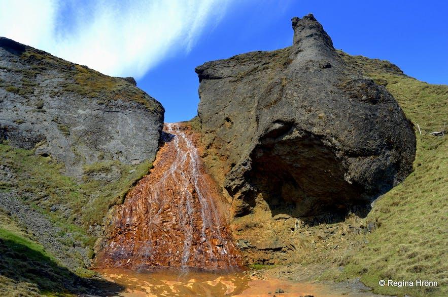 冰岛南岸教堂镇附近的Rauðárfoss瀑布,位于修女石旁