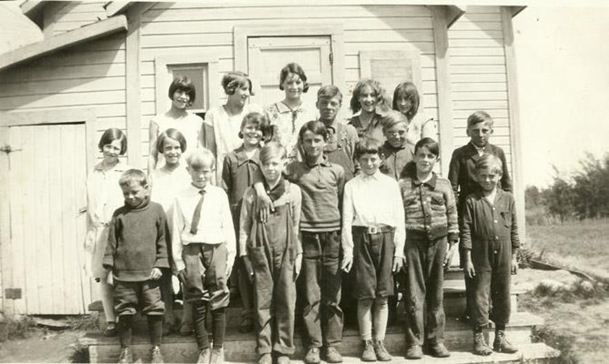 A school photo of Icelandic children, taken in 1922 in British Columbia, Canada.