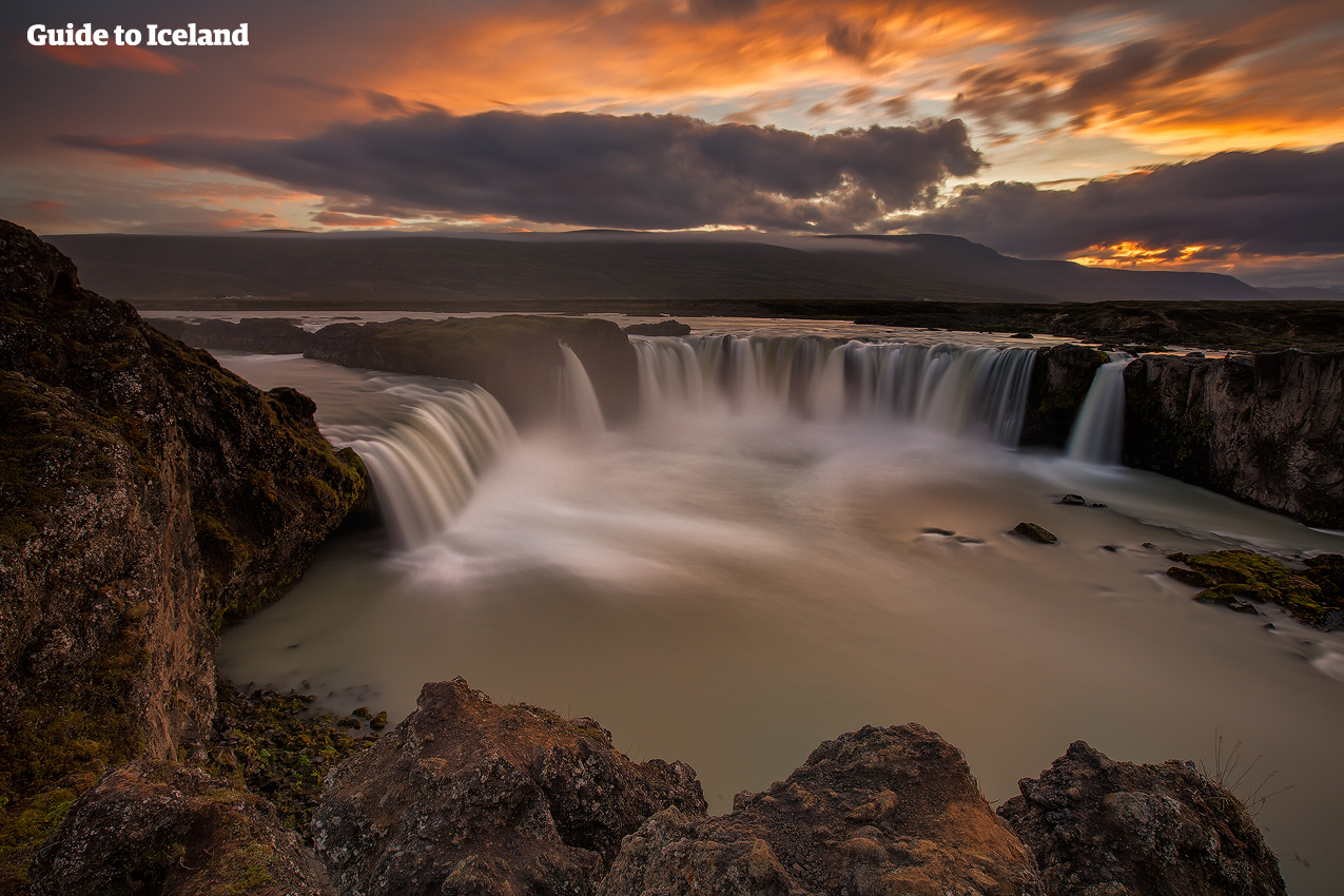 북부 아이슬란드의 고다포스 폭포. 노을이 내려앉아 더욱 아름답게 빛납니다.