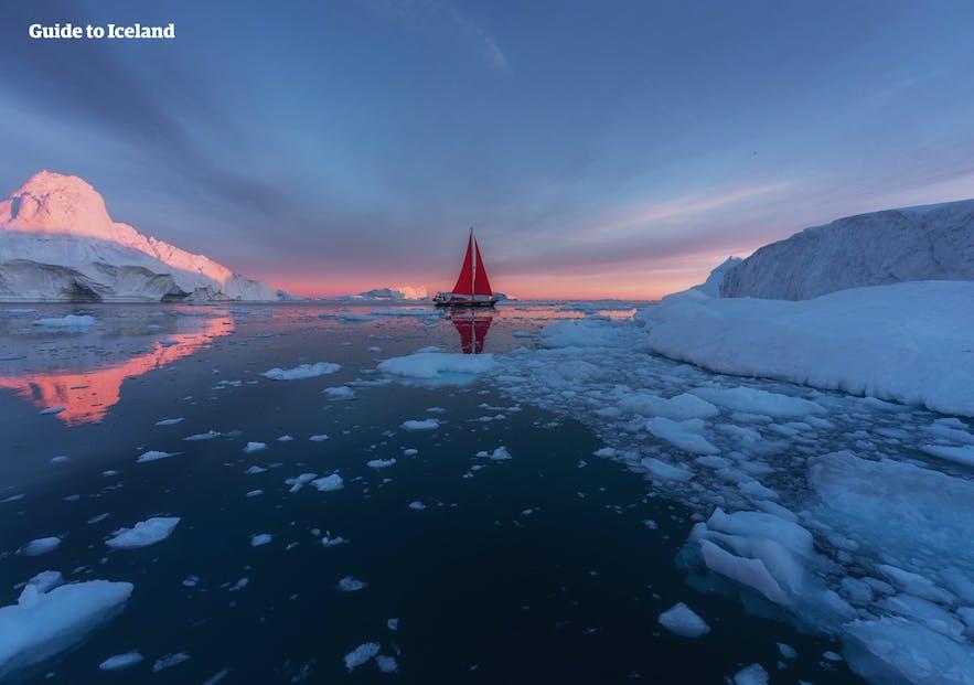 流氷の間を漂うヨット|グリーンランド