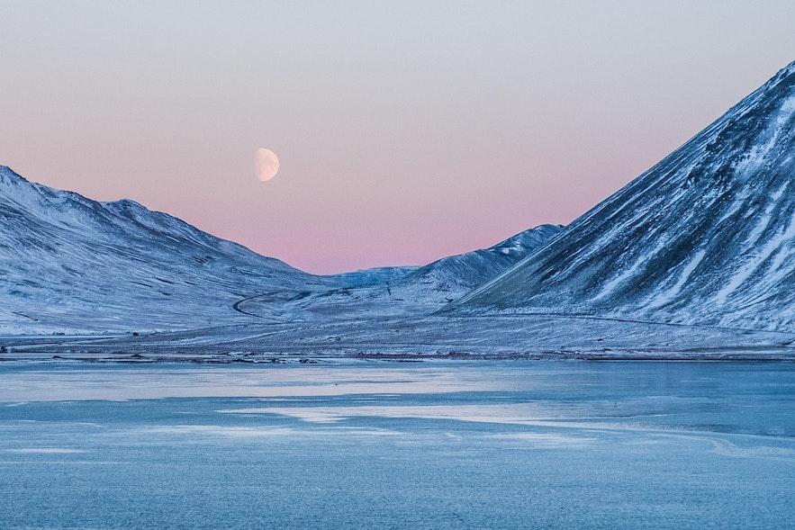 冰島某處結冰的山峰