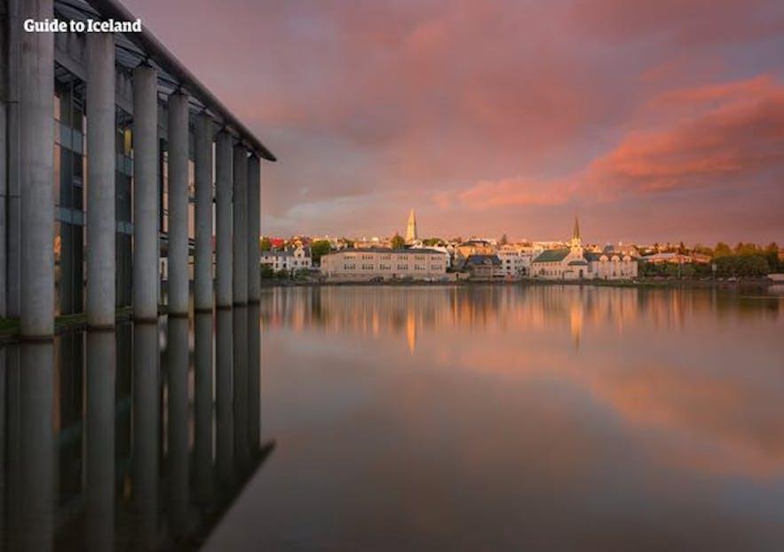雷克雅未克市政厅,Guide to Iceland的门店所在