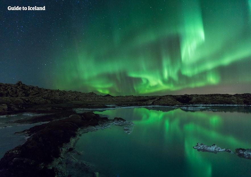 冰島傑古沙龍冰河湖上的極光